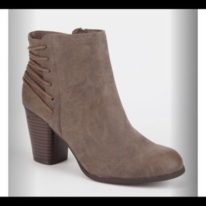 NWOT MADDEN GIRL Deliite Stone ankle boots